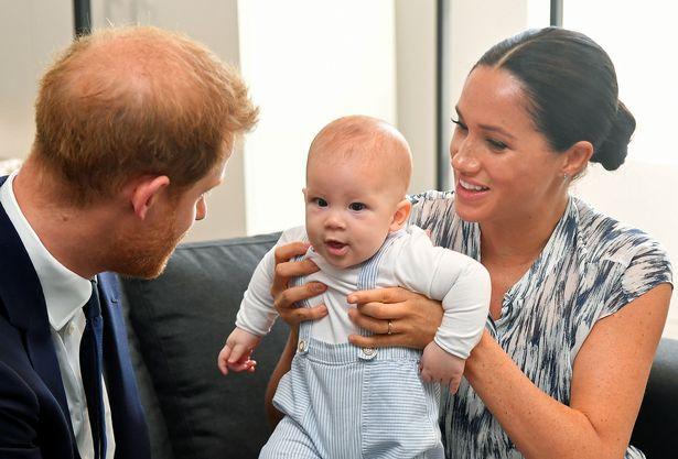 ميغان ماركل وهاري مع ابنهما آرتشي- الصورة من موقع ميرور.jpg