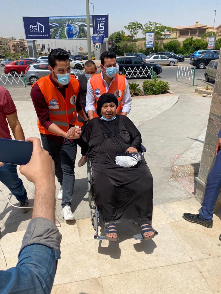 الفنانة فاطمة كشري خلال نقلها للمستشفى لإجراء جراحة لها لتصحيح حالتها الصحية