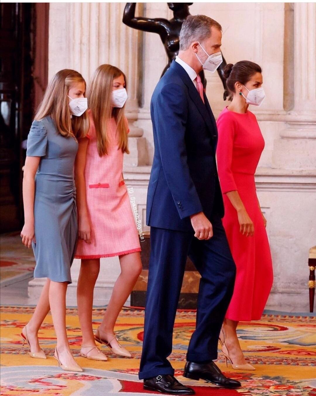 الملك فيليب وزوجته الملكة ليتيزيا وابنتيهما ليونور وصوفيا- الصورة من حساب Spanish royals على إنستغرام