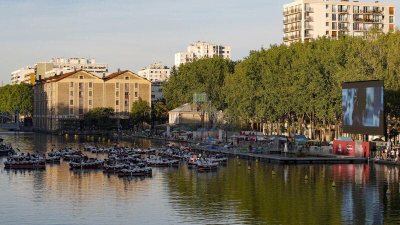 قبل بداية العرض السينمائي في الهواء الطلق بباريس الصورة من موقع بلدية باريس