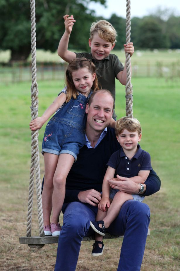 الأمير ويليام على الأرجوحة محاط بأطفاله الثلاثة- الصورة من موقع ميرور