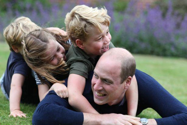 الأمير ويليام يستلقي عليه أطفاله الثلاثة- الصورة من موقع ميرور