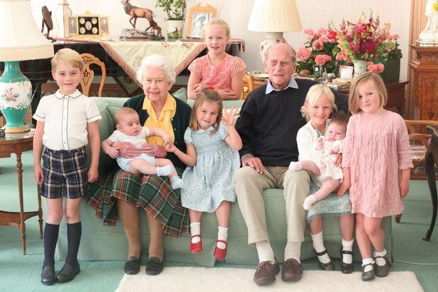 الملكة والأمير فيليب مع أطفال العائلة الملكيين- الصورة من موقع ميرور