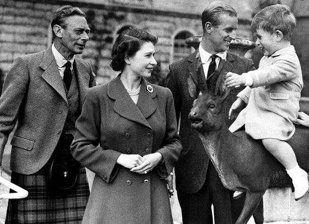 صورة للملكة مع والدها الملك جورج السادس إلى جانب الأمير فيليب والأمير تشارلز وهو طفل- الصورة من موقع ميرور