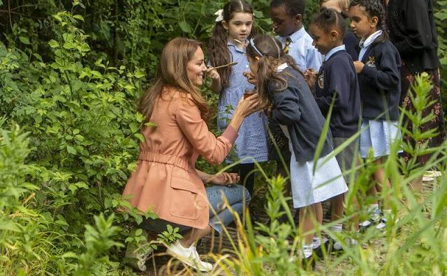 كيت تقدم للأطفال علاجًا منزليًا من العسل من منزلها- الصورة من موقع New my royals