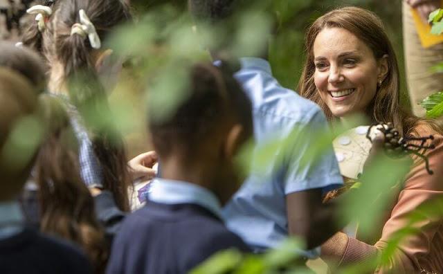 كيت مع أطفال المدارس- الصورة من موقع New my royals