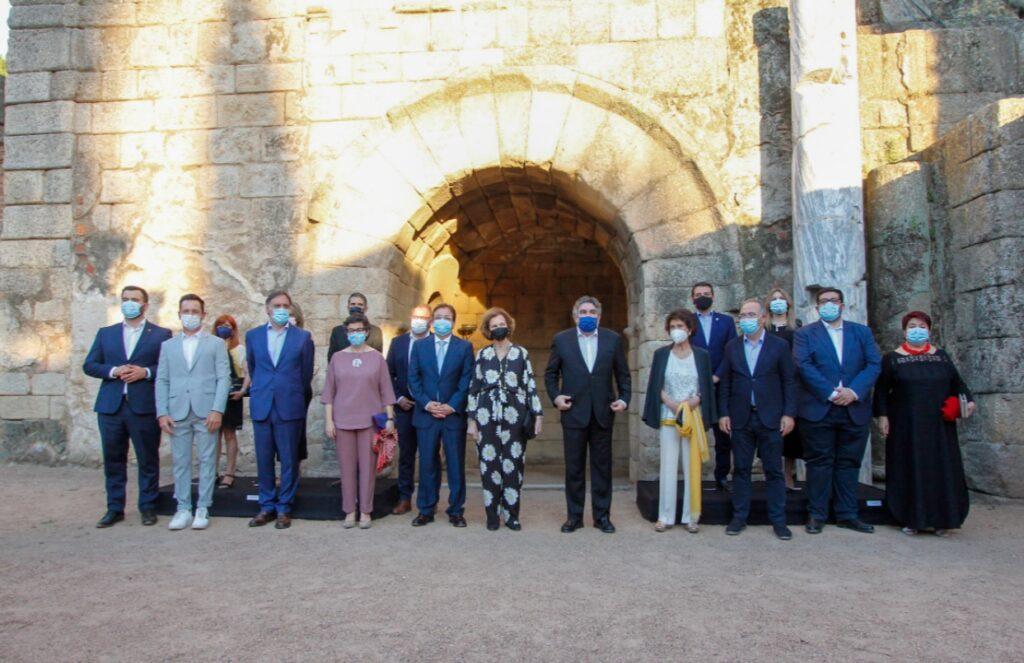 الملكة صوفيا ومن خلفها أنقاض المدرج الروماني في ميريدا - الصورة من موقع Royal central.jpg