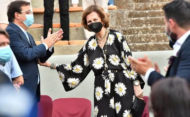 الملكة صوفيا يستقبلها رئيس الحكومة الإقليمية لإكستريمادورا غوليرمو فيرنانديز بارا - الصورة من موقع New my royals.jpg