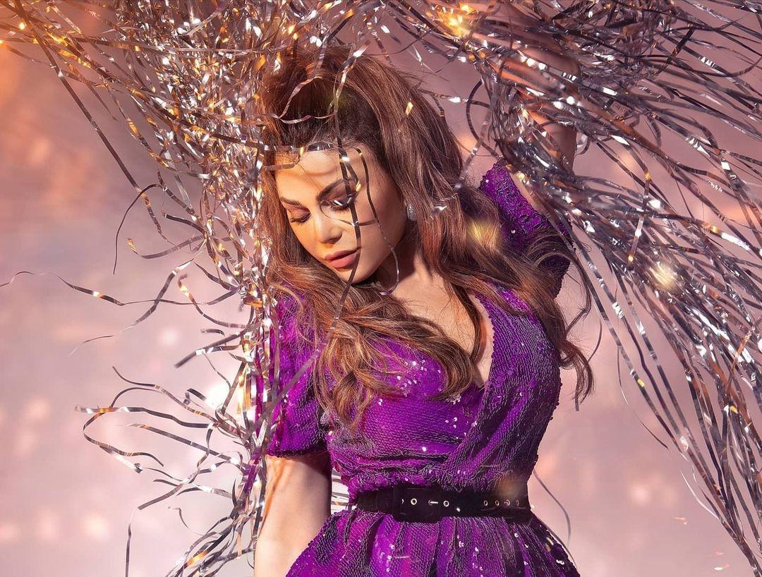 هيفاء وهبي بتسريحة شعر نصف مرفوعة(الصورة من حسابها على إنستغرام)
