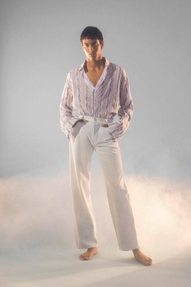 تنسيق قميص مطبع بألوان الباستيل مع بنطلون أبيض