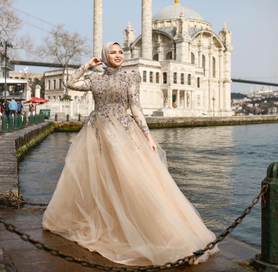 جهاد البنا بفستان ذهبي -الصورة من حسابها على الانستغرام