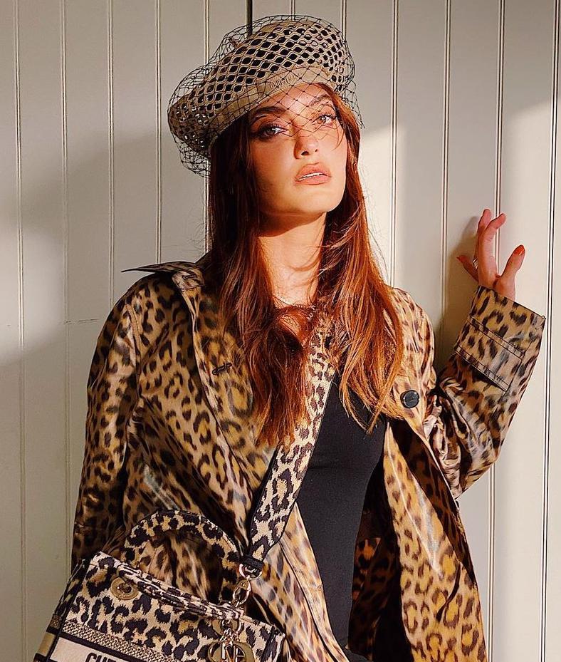 1 كارن وازن بالقبعة الكلاسيكية -الصورة من حسابها على الانستغرام