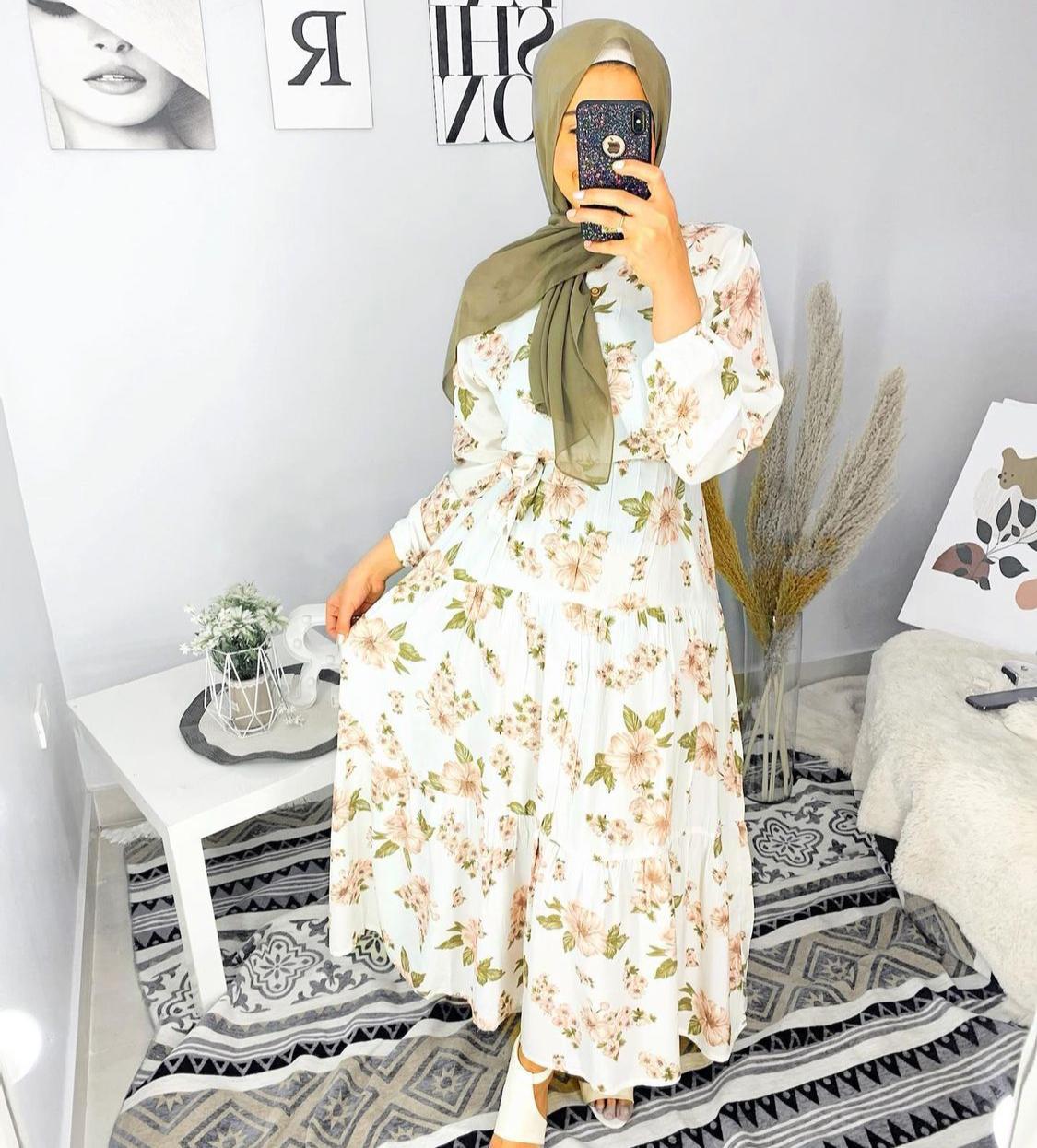 رقية اسماعيل بفستان مطبع بالزهور -الصورة من حسابها على الانستغرام