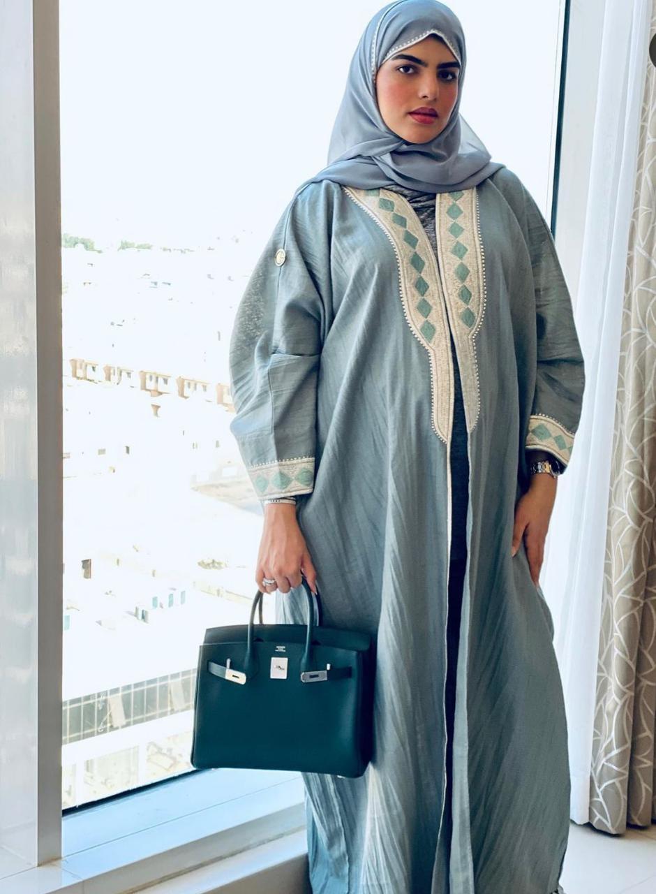 1 سارة الودعاني بعباية البشت الازرق -الصورة من حسابها على الانستغرام