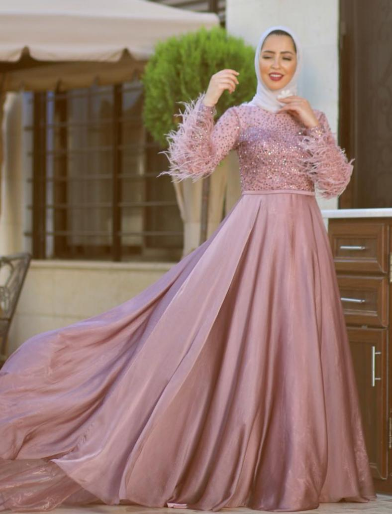فرح عاشور بفستان سهرة لامع بريش -الصورة من حسابها على الانستغرام