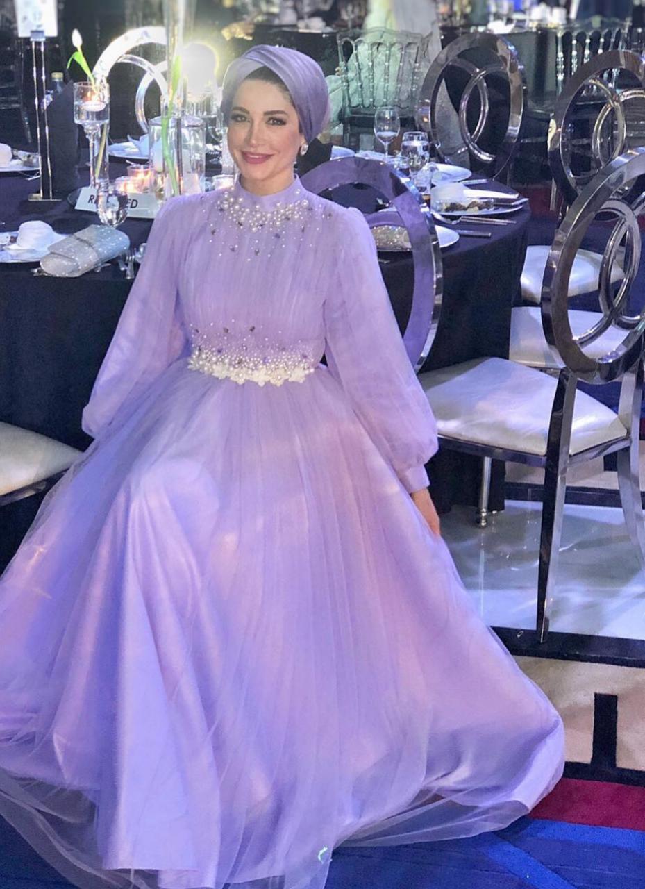 البلوغر امنة بفستان سواريه منفوش -الصورة من حسابها على الانستغرام