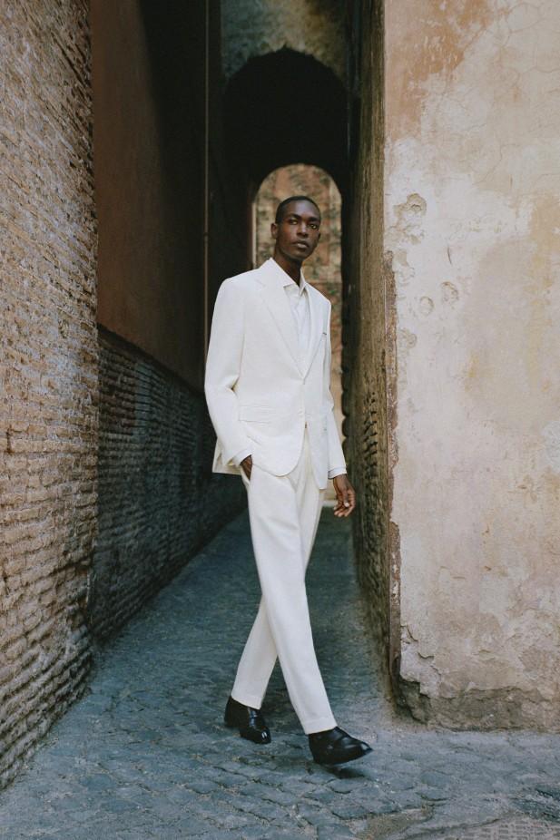 بدلة بيضاء من بريوني Brioni
