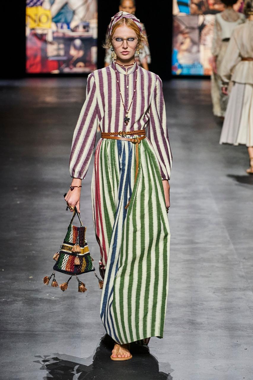 Christian Dior  صورة ١ فستان مقلّم طويل من