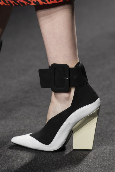 حذاء بحزام على الكاحل من  shi.RT