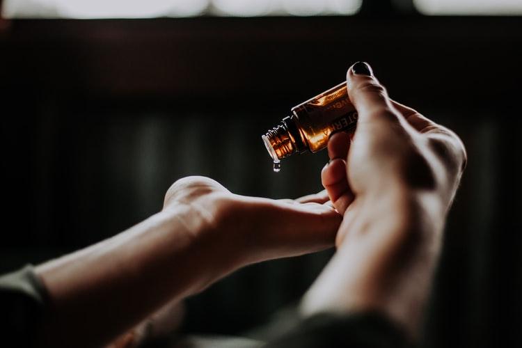 كيفية استخدام الزيوت العطرية للشعر