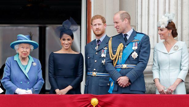 كيت وويليام وهاري وميغان والملكة إليزابيث في إحتفالات Trooping the colour- الصورة من موقع ميرور