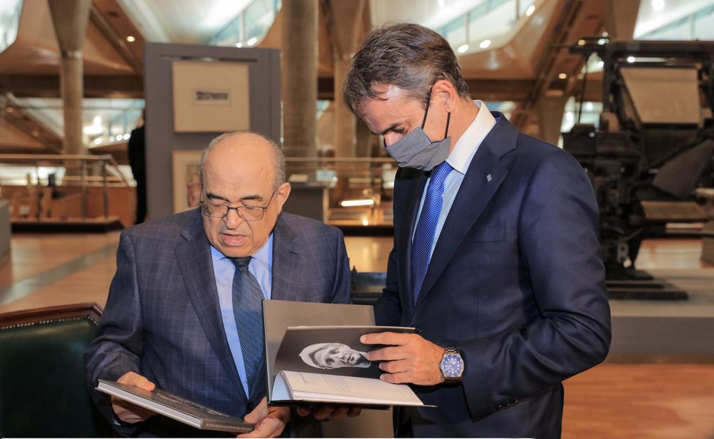 الدكتور مصطفى الفقي يهدى السيد كيرياكوس ميتسوتاكيس  كتابا