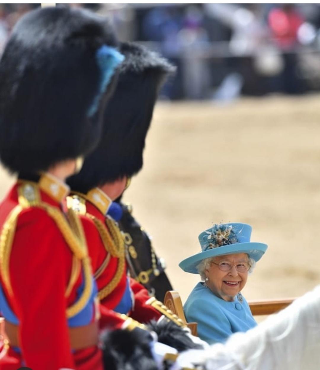 الملكة إليزابيث أثناء العرض-الصورة من حساب we love queen elizabeth على إنستغرام