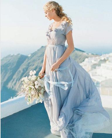 الازرق الباستيل يذكر الفتيات بفستان سندريلا المصدر weddingblog.ru@