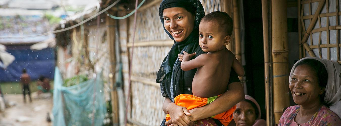 امرأة مع طفلها في مخيم للاجئين في بنغلاديش - موقع الامم المتحدة
