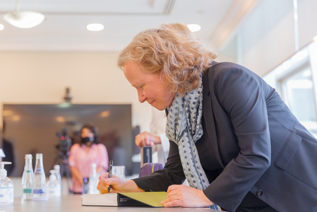 مايا أليسون توقع كتاب رواق الفن في جامعة نيويورك أبوظبي 2014-2020