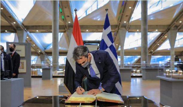 رئيس وزراء اليونان يوقع فى دفتر كبار الزوار