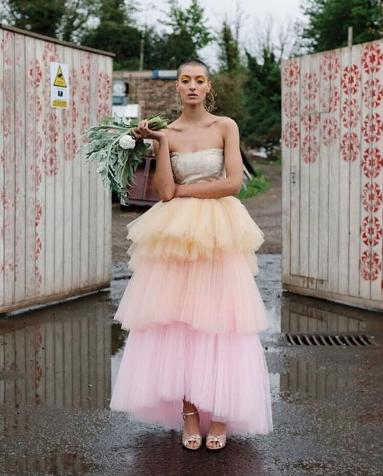 اعتماد الفستان ذو الألوان النتداخلة فكرة مميزة للصيف المصدر the_wedding_alist@