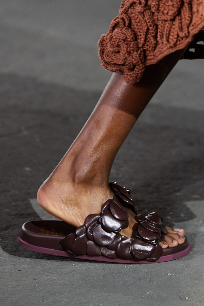 حذاء باللون البنفسجي من ماركة Valentino