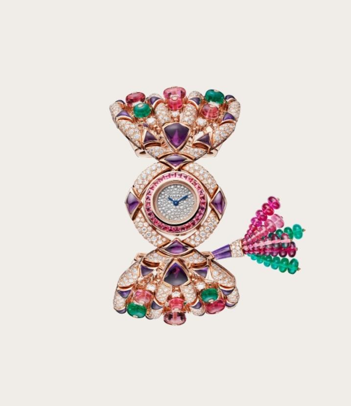 ساعة من الذهب الورديمُرصّعة بالأحجار الكريمة الملونة من علامة بولغري Bvlgari