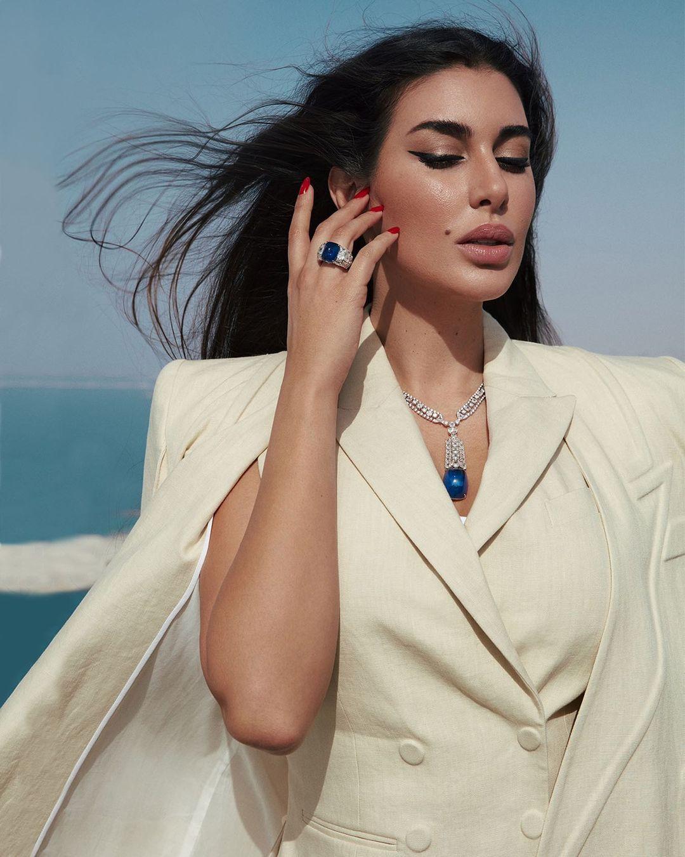 ياسمين صبري بخاتم من الياقوت الأزرق من ماركة كارتييه «Cartier»