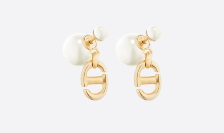 أقراط متدلية من اللؤلؤ الأبيض من ماركة ديور «Dior»