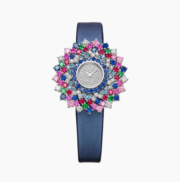 ساعة من الساتان الأزرق مُرصعة بالأحجار الكريمة الملونة من ماركة هاري وينستون Harry Winston