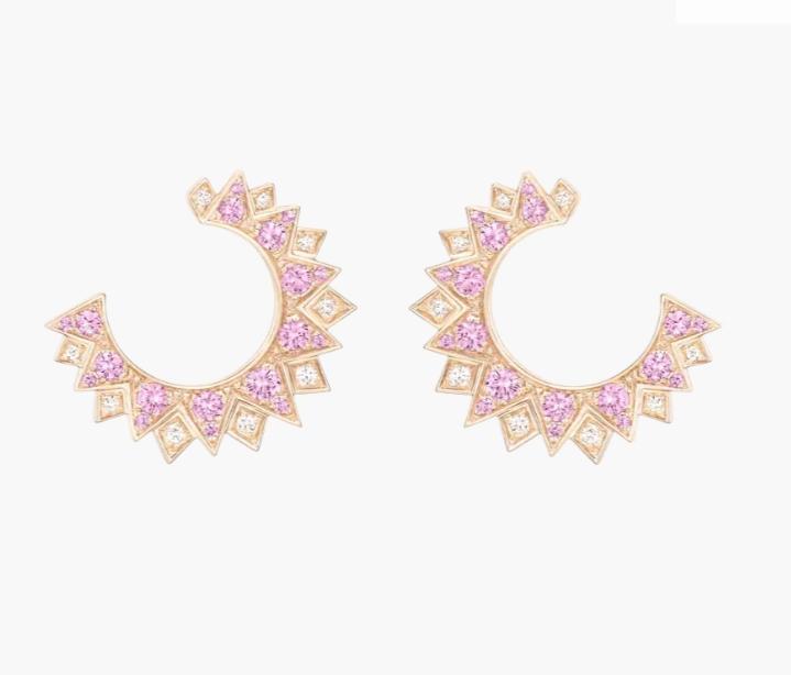 أقراطاً دائرية مفتوحة بالياقوت الوردي والألماس من ماركة بياجيه Piaget