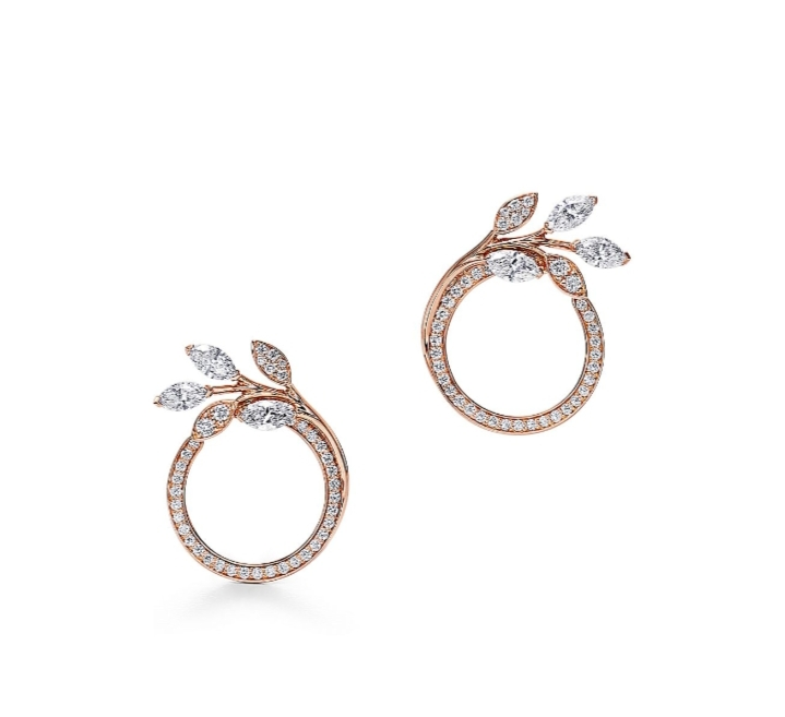 أقراط دائرية صغيرة مُرصّعة بالألماس من دار تيفاني أند كو «Tiffany & Co»