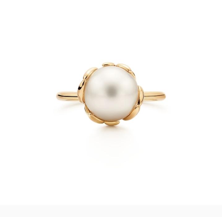 خاتم من اللؤلؤ الأبيض من دار تيفاني أند كو «Tiffany & Co»