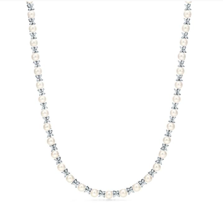 قلادة راقية باللؤلؤ الأبيض والألماس من دار تيفاني أند كو Tiffany & Co