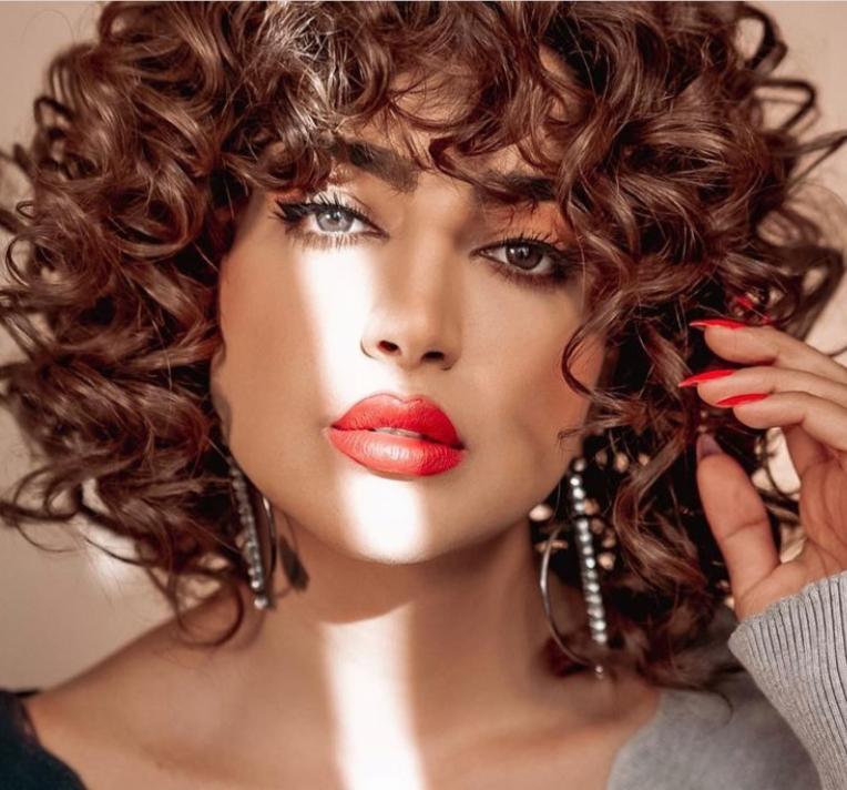 2 الشعر الكيرلي القصير لاطلالة كلاسيسكية -الصورة من الانستغرام
