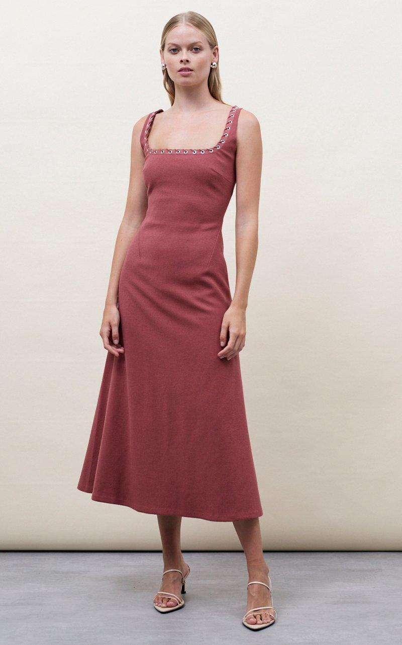 فساتين للمصممة رايتشل جيلبير بألوان الزهري والأبيض والباستيل