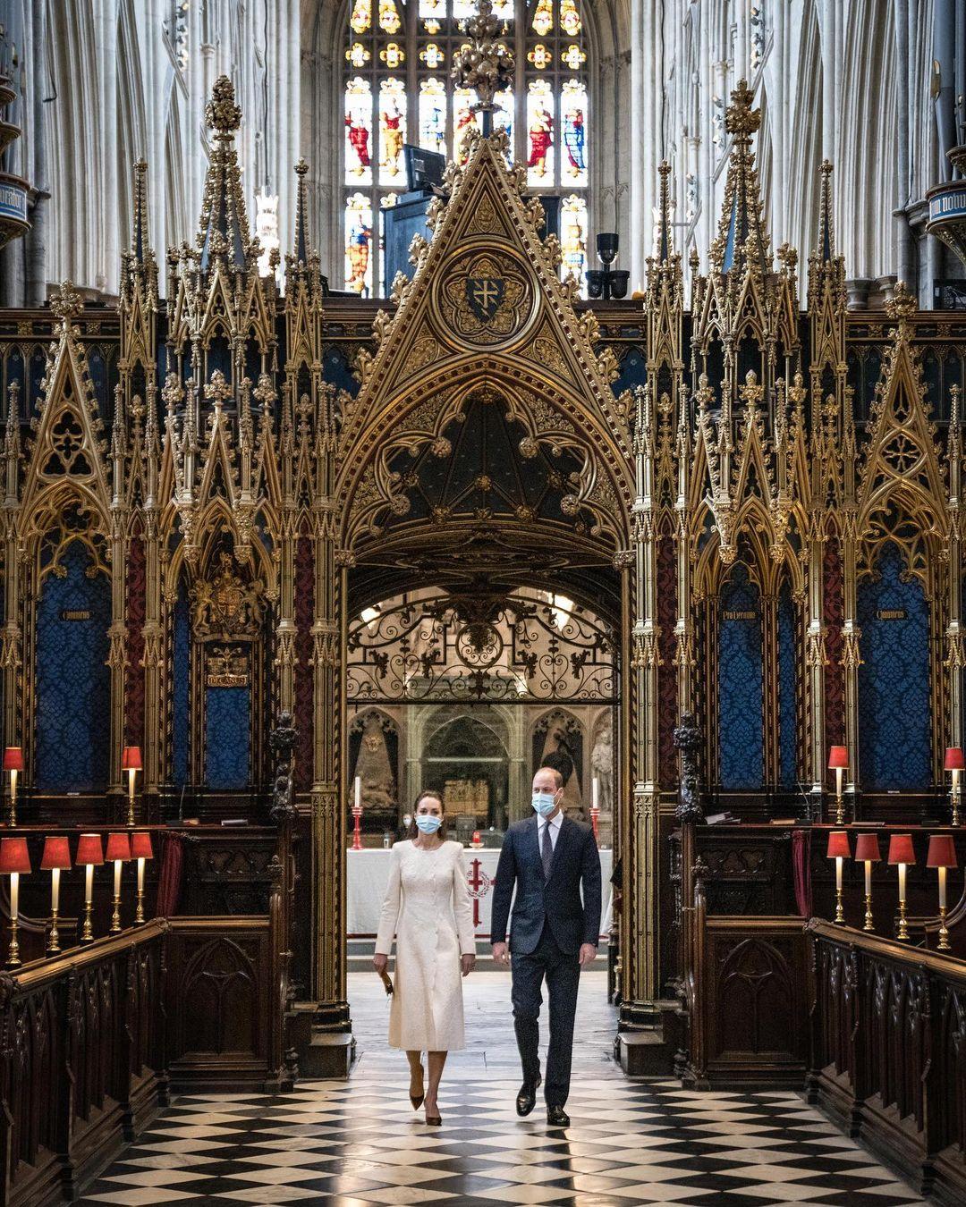 بمعطف وفستان أبيض استحضرت كيت إطلالة زفافها البيضاء الساحرة في وستمنستر آبي قبل عشر سنوات-الصورة من أنستغرام