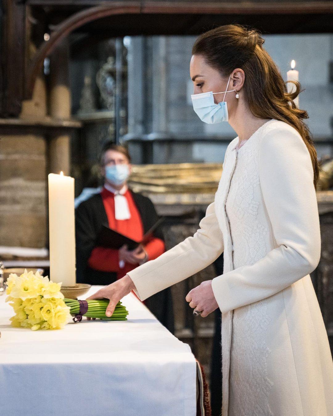 كيت ميدلتون بمعطف من تصميم كاثرين والكر تضع باقة زهور نرجس تكريما لذكرى ضحايا كورونا-الصورة من أنستغرام
