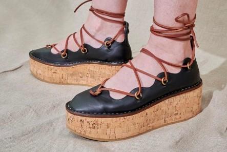 الأحذية الخشبية موضة 2021