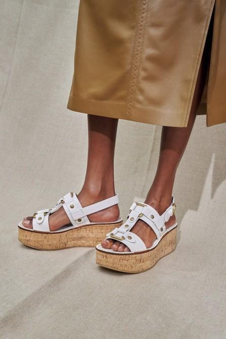 الأحذية الخشبية تكتسح عروض الأزياء