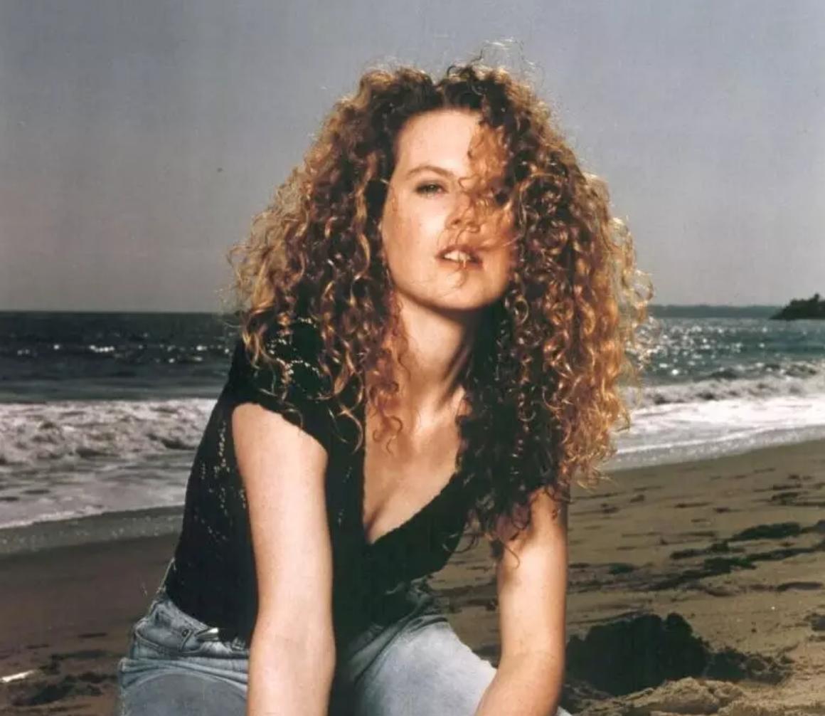 الشعر المجعد الحر أحد علامات تسريحات الشعر في الثمانينات.png