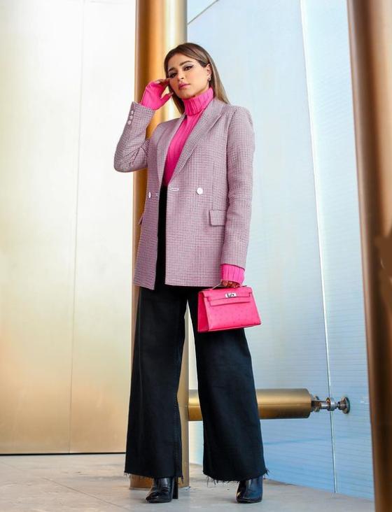 نهى ترتدي سترة بلايزر وبلوزة فوشيا بياقة عالية وحملت حقيبة من هرميس