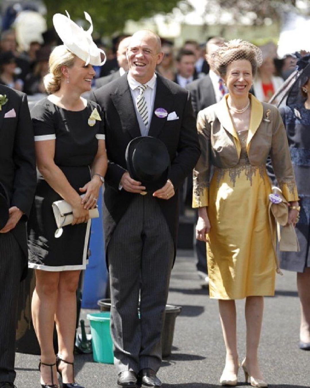 زارا تيندال وزوجها مايك مع والدتها الأميرة آن-الصورة من أنستغرام